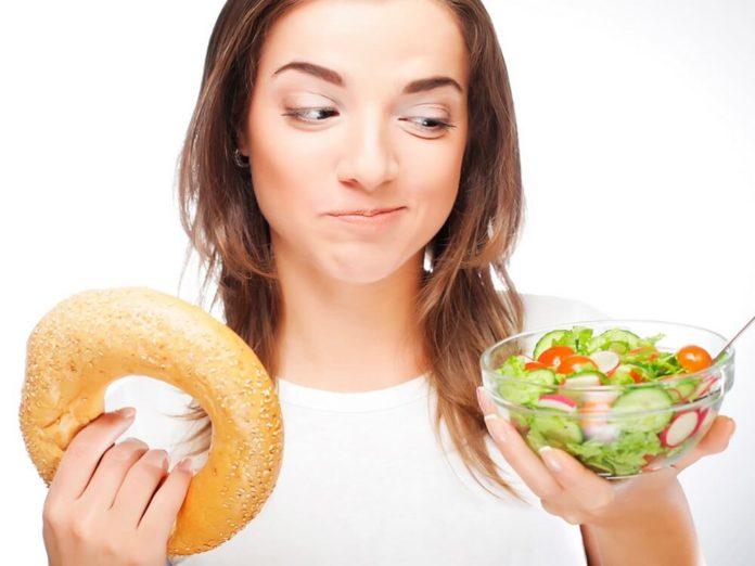 Девушка выбирает здоровую еду