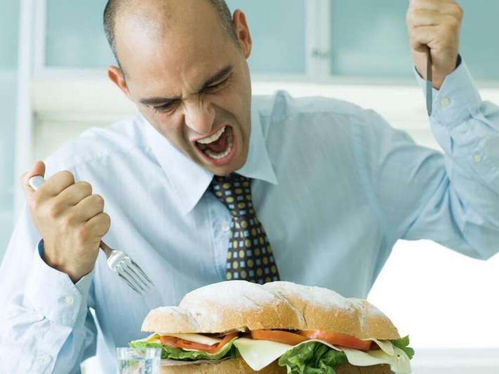 Мужчина заедает стресс